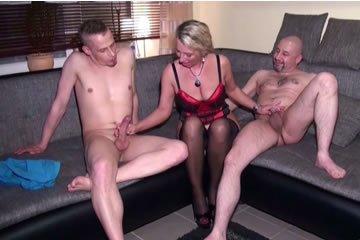 Amatőr MILF szexel két fiatal sráccal