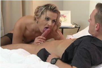 Sophia elcsábítja a fiatal szerelőt